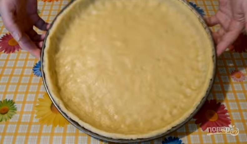4.Выкладываем тесто в форму для выпекания, формируем бортики. Отправляем тесто в холодильник на 15-20 минут.