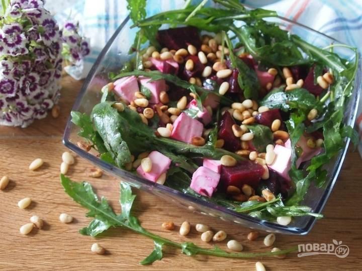8.В отдельной миске смешиваю оливковое масло, лимонный сок и соль. В салатник выкладываю поджаренные орешки, поливаю их заправкой, все перемешиваю и подаю к столу.