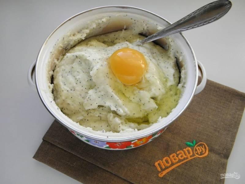 В остывшую кашу добавьте яйцо сырое, перемешайте.