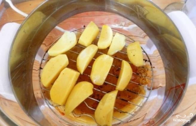 Теперь переложите подготовленный картофель на нижнюю решетку аэрогриля.