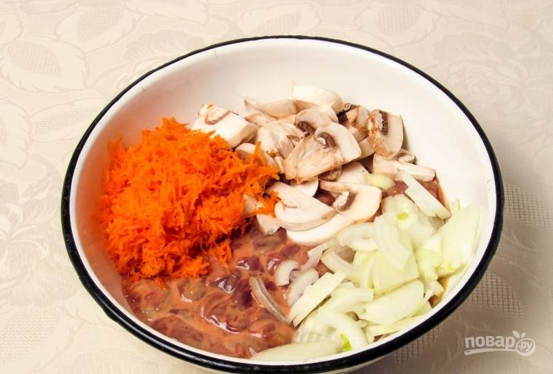 Спустя отведённое время, слейте кефир, добавьте к печени измельчённые ингредиенты.