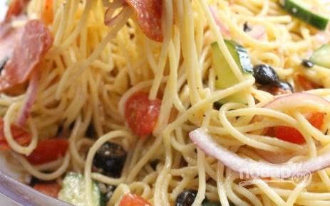 3. Всё перемешайте в салатнице вместе с заправкой и тёртым сыром. Выбирайте соус по своему вкусу.