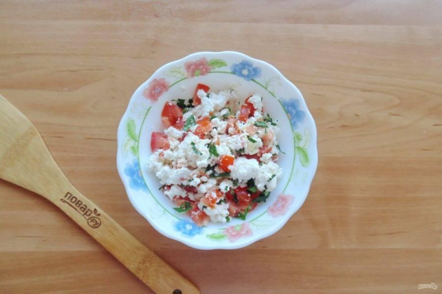 Посолите по вкусу и перемешайте творог, помидор, чеснок и петрушку.