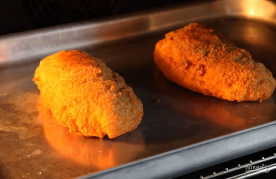 7.Поместите котлеты на противень и отправьте в разогретую до 200 градусов духовку на 10 минут.