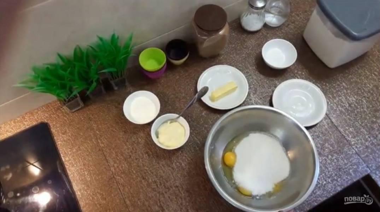 1. Разбейте яйца, добавьте сахар, майонез и сметану (можно майонез полностью заменить сметаной или наоборот). Добавьте размягченное сливочное масло и перемешайте блендером.