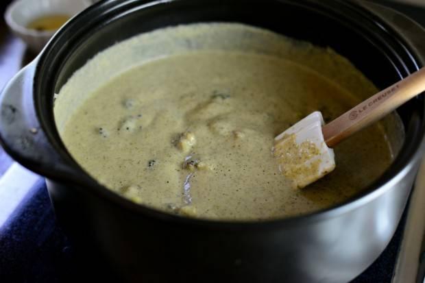 18. Вот и все, суп из брокколи и цветной капусты в домашних условиях готов. Перед подачей добавить немного перца, рубленной петрушки и жареного бекона.