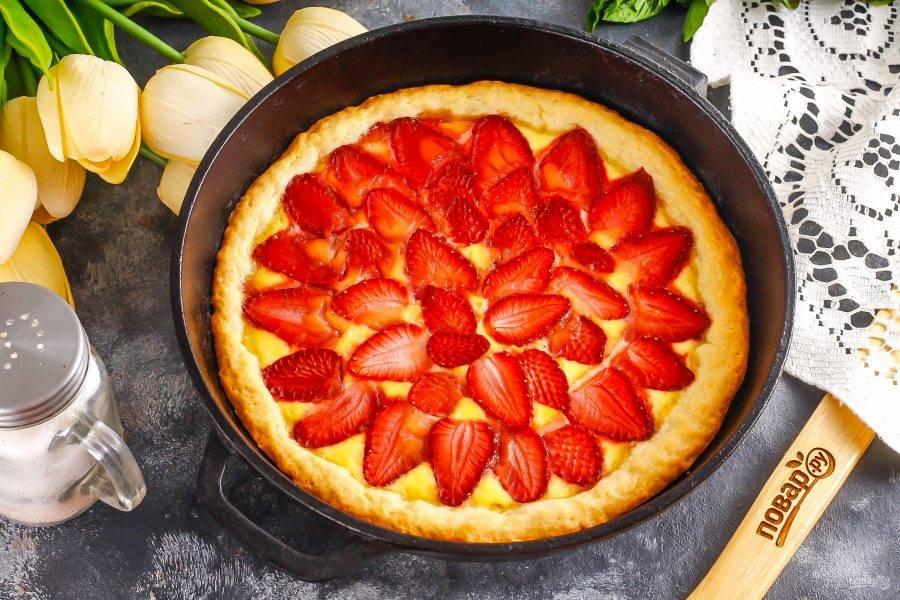 Выпекайте клубничный пай до румяности примерно 25-30 минут, следя за тем, чтобы дно пирога не подгорело.