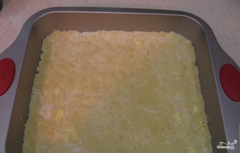 3.На плиту поставьте сковороду с глубокими краями. Положите в нее сливочное масло, сгущенное молоко. Готовьте до того момента, пока загустеет.