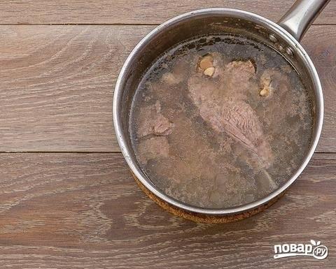 1. Первый этап — это варка бульона. Вымойте и обсушите мясо, выложите в кастрюлю и сварите на медленном огне до мягкости. Не забывайте убирать пену.