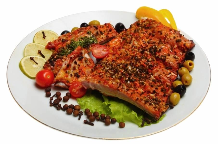 7. Готовые ребрышки подаем к столу со свежими овощами и зеленью. Приятного аппетита!
