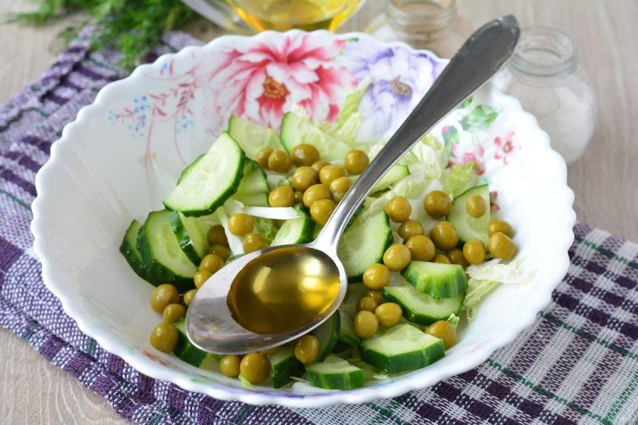 Полейте салат постным маслом, посолите и поперчите по вкусу.