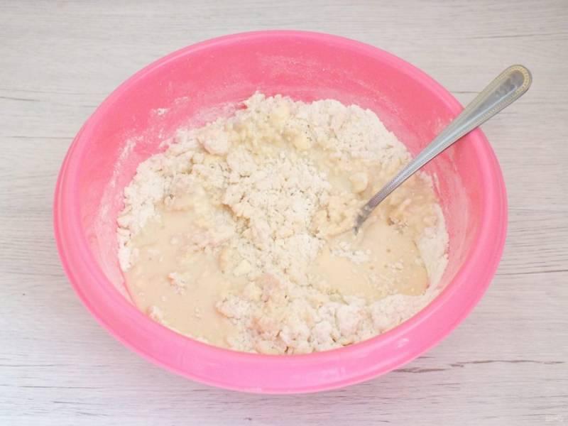 Жидкую часть влейте в чашу с сухими ингредиентами. Начните замес ложкой, после месите руками.