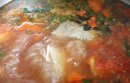 В готовый бульон добавляем лук и морковь, варим 25 минут. После чего кладем картофель, перец и томаты. Через несколько минут добавляем специи: зиру, кориандр, соль, перец, измельченную кинзу и базилик. Супчик варим до готовности картофеля.