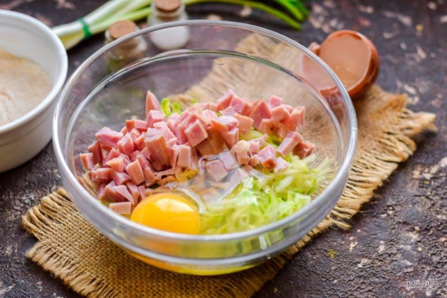 Добавьте в миску куриное яйцо, соль и перец.