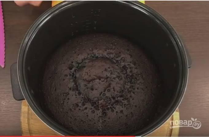 """4. Выпекать кекс можно и в духовке, и в мультиварке. Дно чаши мультиварки смажьте маслом, вылейте в нее тесто и поставьте на 1 час в режиме """"Выпечка"""". Если выпекаете в духовке, разогрейте ее заранее до 175 градусов. Форму возьмите диаметром 16-25 см и залейте тесто не более половины высоты формы, выпекайте 50-60 минут."""