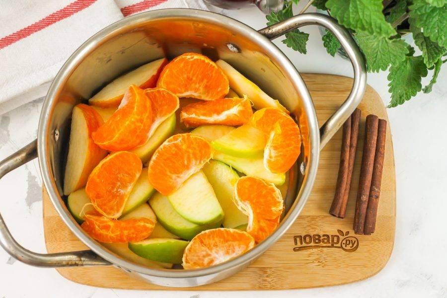 Мандарин очистите от кожуры и белых волокон, разделите плод на дольки. Если в них присутствуют косточки — удалите их. Вместо мандарина можно использовать апельсин.