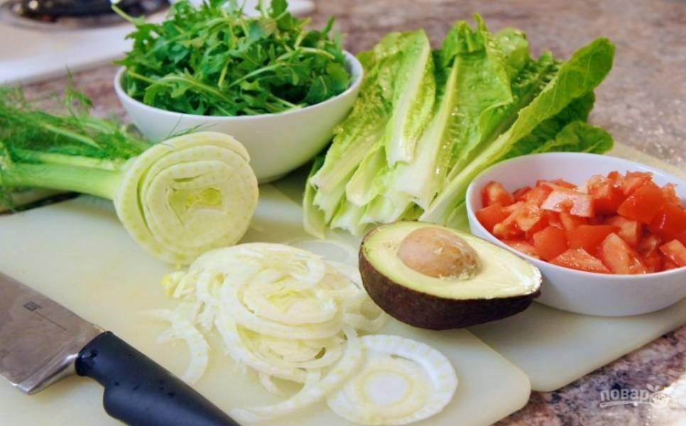 Вымойте овощи и зелень. Корень фенхеля порежьте полукольцами, томаты измельчите.