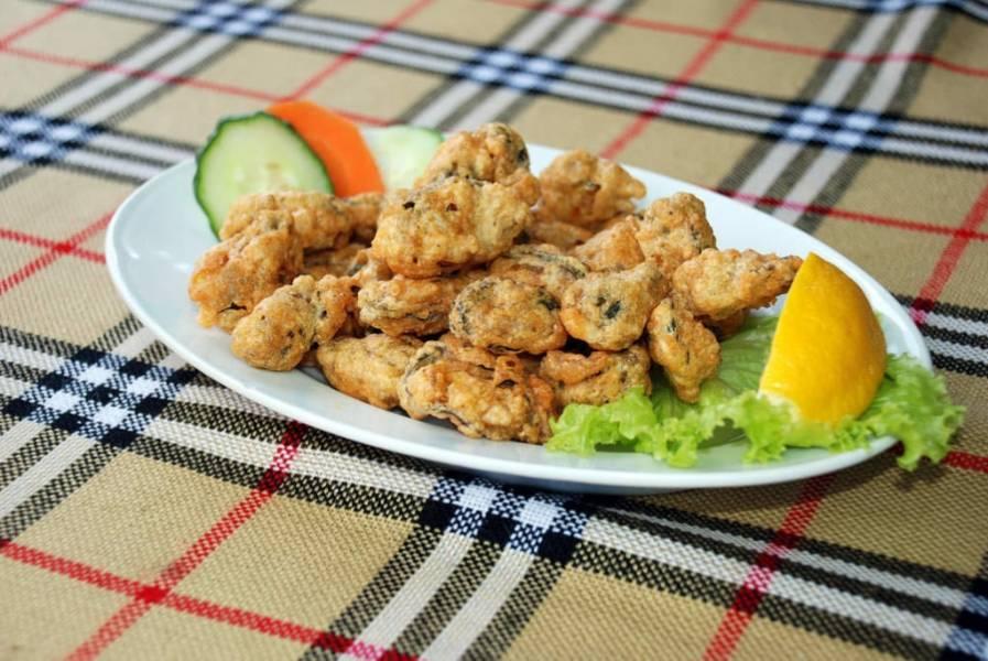 5. Подаем мидии в кляре как закуску на листьях салата вместе со свежими овощами. Приятного аппетита!