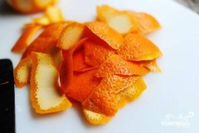 Будем готовить блюдо поэтапно. Для начала займёмся маринадом. Помойте апельсины, обсушите их. Срежьте с них тонкими полосками кожицу.