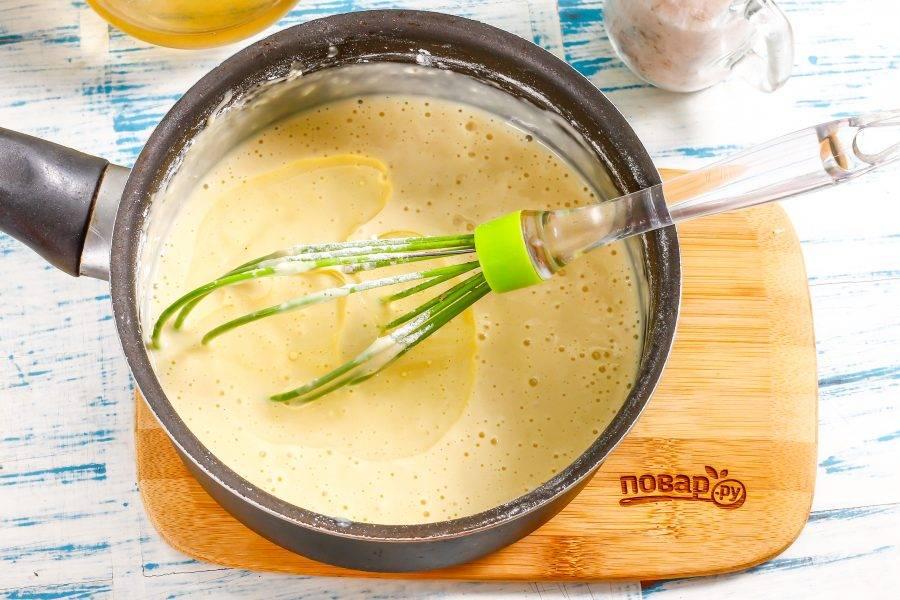Последним в тесто влейте растительное масло без запаха. Вмешайте его и можно выпекать блины.