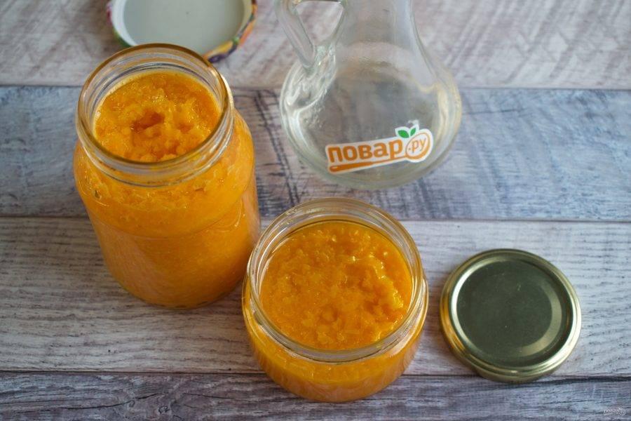 Разложите перец по стерилизованным банкам, залейте растительным маслом и закройте чистыми крышками. Храните заготовку в холодильнике!