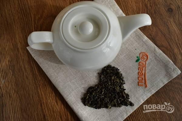 Поставьте кипятить воду. Для заваривания зеленого чая используют воду, кипящую «белым ключом». Когда  появляется множество маленьких пузырьков, вызывающих сначала легкое помутнение, затем побеление воды.