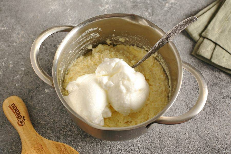 Отдельно взбейте белки с щепоткой соли до устойчивых пиков. Введите белки в 2-3 этапа в творожную массу.