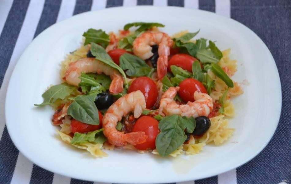Выложите сверху креветки, добавьте маслины, немного свежего базилика, сбрызните оливковым маслом и наслаждайтесь ужином в итальянском стиле. Приятного аппетита!