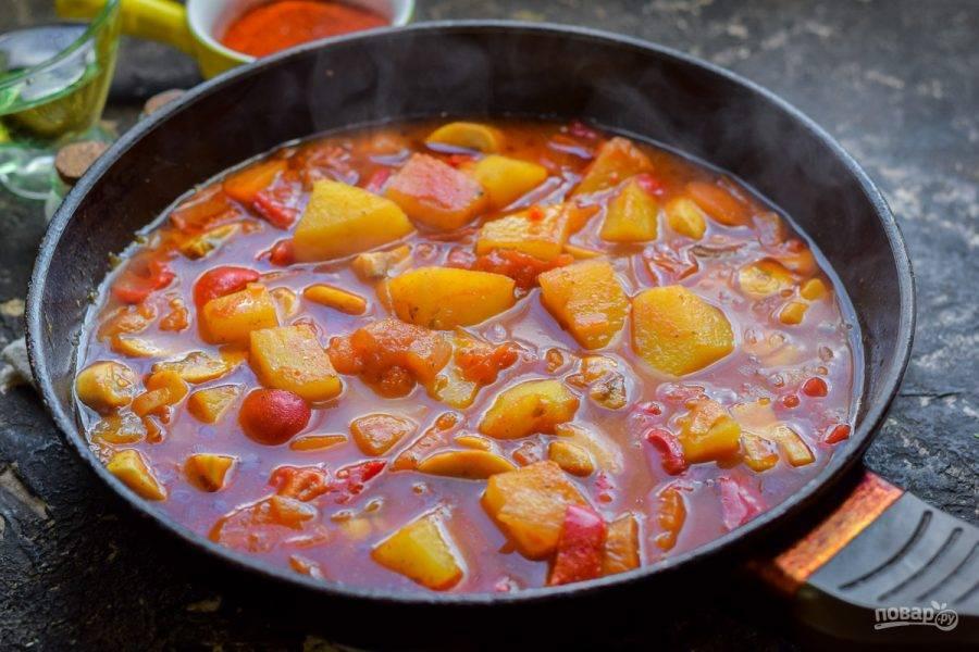 Добавьте в сковороду томат, готовьте еще 30 минут под крышкой на небольшом огне. Готовый гуляш подавайте к столу.