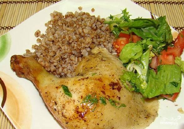 Затем рукав раскрываем и запекаем цыпленка в раскрытом виде еще минут 20, чтобы он покрылся золотистой корочкой. Подаем с любым гарниром и овощами. Приятного аппетита!