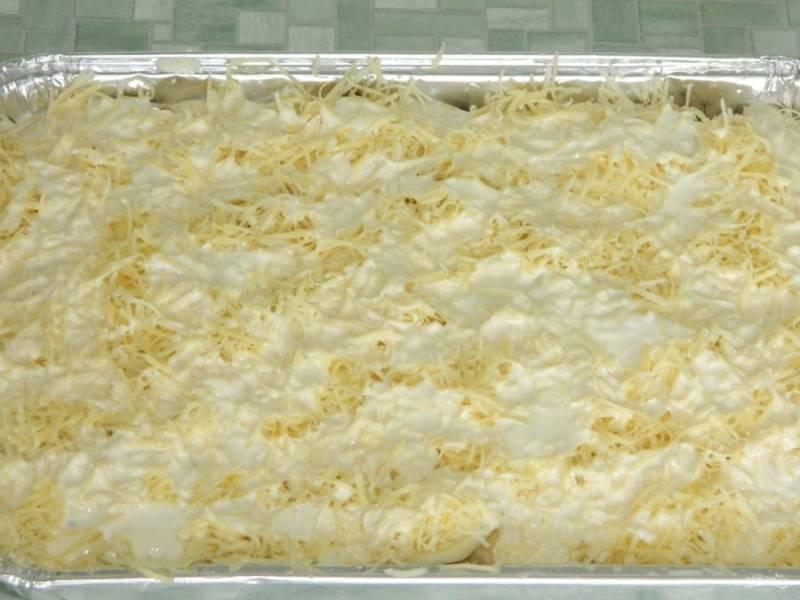 4. Закрываем все картофелем, снова промазываем майонезом и посыпаем сыром. Теперь отправляем все в духовку на 1 час. Температура  не должна превышать 180 градусов. Отдельно взбиваем яйца и молоко, добавляем соль и специи и заливаем наше мясо с картофелем.