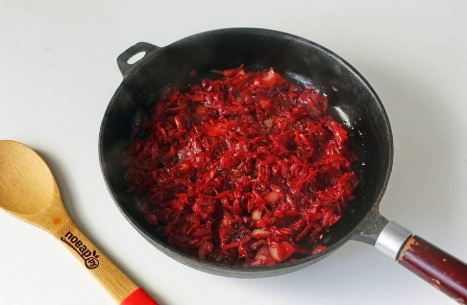 Продолжайте жарить все вместе еще около 2-3 минут. Когда зажарка будет готова, отправьте содержимое сковороды в кастрюлю.