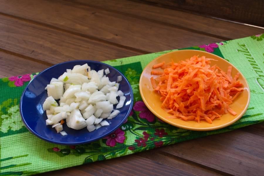 Морковь натрите на терке. Репчатый лук нарезать кубиком.
