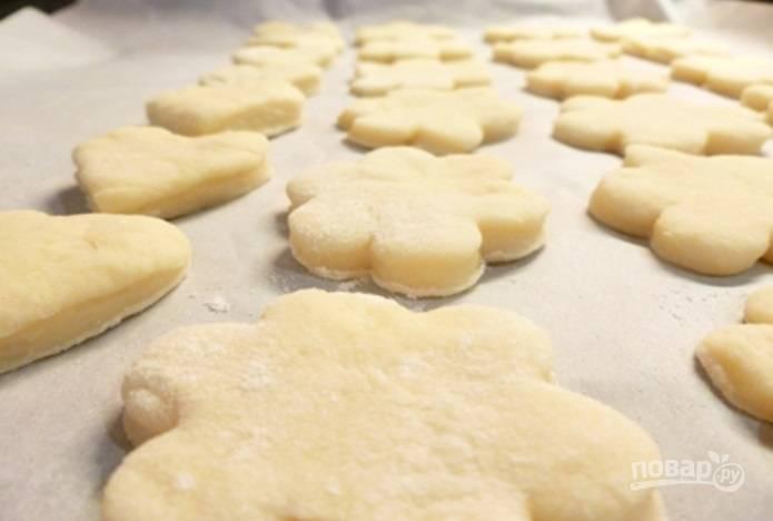 Раскатайте тесто толщиной в 1 см. Вырежьте из него формой пряники.