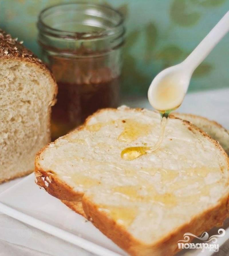 7. Залить кипятком пустую форму на нижней полке духовки. Выпекать в течение 40-50 минут, до глубокого золотисто-коричневого цвета. Дать полностью остыть, прежде чем подавать. При желании подавать с медом.