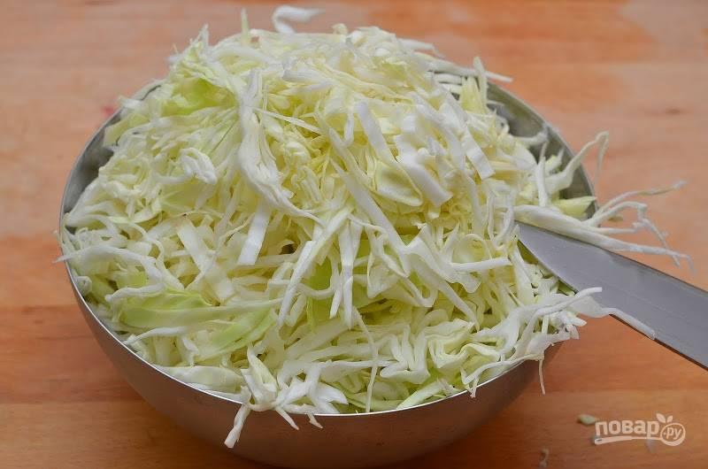 5.Вымойте капусту и нашинкуйте ее тонкой соломкой.
