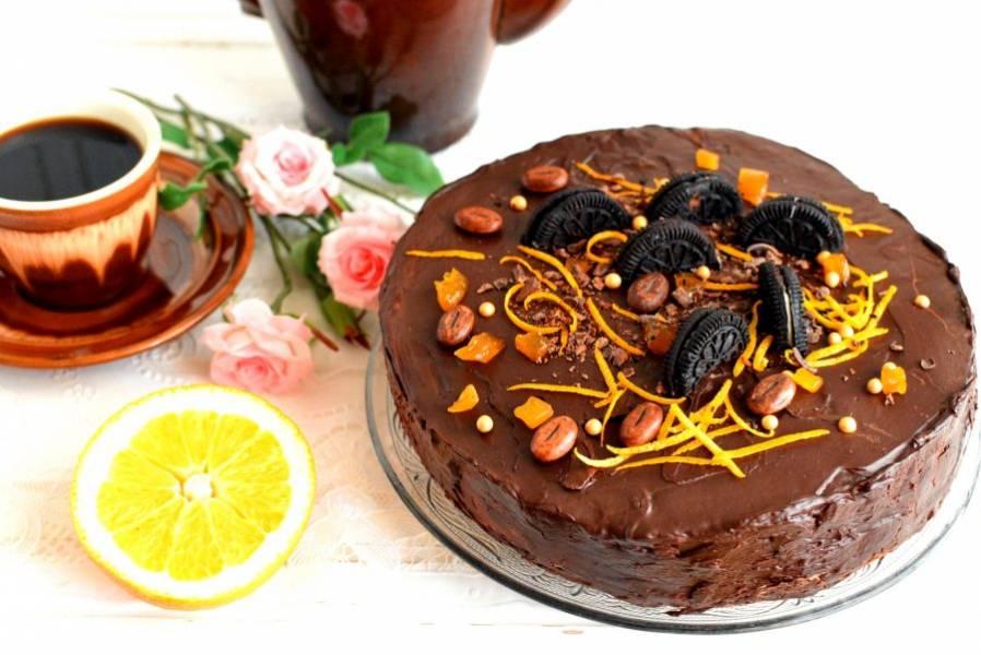 Дайте торту настояться в холодильнике хотя бы час (а лучше больше) и подавайте к столу.