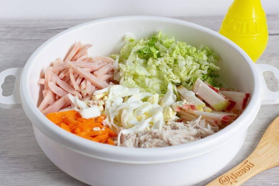 Также соломкой нарежьте капусту, морковь, яблоко, куриное филе, ветчину и куриное яйцо. Яблоко сбрызните лимонным соком, чтобы не потемнело.