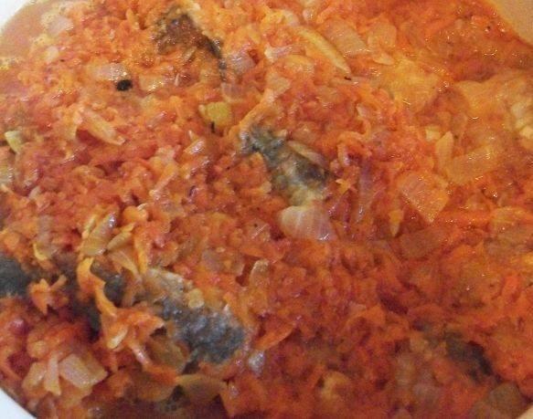3. Теперь обжариваем лук и морковь до золотистого цвета. В  конце добавьте томатную пасту и залейте стакан воды. На слабом огне пассировка должна немного потомиться.