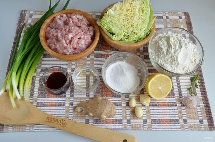 Подготовьте продукты. Мясной фарш нужен свиной хороший, я сделала с жирного кусочка свинины.