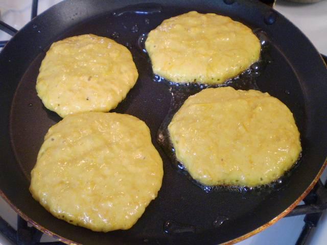 Разогрейте растительное масло на анти-пригарной сковороде. Столовой ложкой выкладывайте тесто, формируя круг или овал.