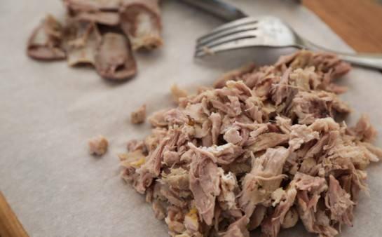 Ребрышки вытащить и вилочкой отделить мясо от костей.