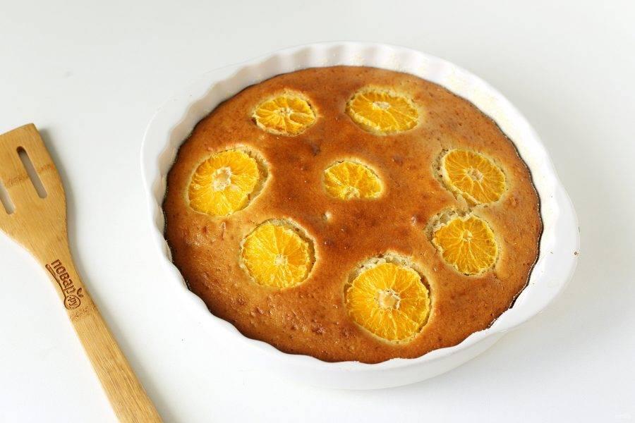 Пирог с мандаринами на кефире готов.