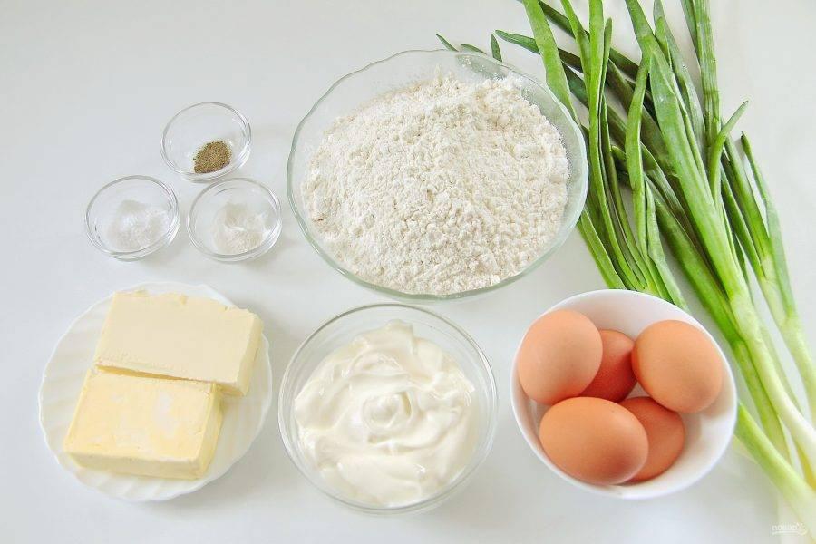 Подготовьте все необходимые ингредиенты. Яйца заранее отварите.