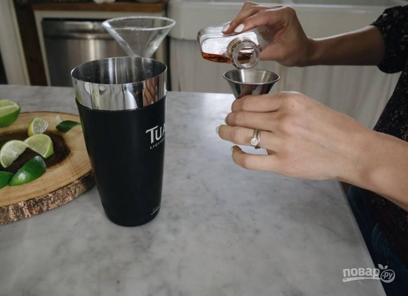 В мерный стаканчик по очереди наливайте 35 мл рома, отправьте в шейкер. Затем — 90 мл ликера, отправьте в шейкер. И 20 мл сладких сливок.