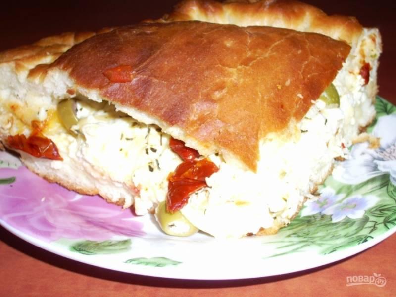 Готовый сырный закусочный пирог с оливками подавайте, смазав сливочным маслом, с пылу с жару. Приятного аппетита!