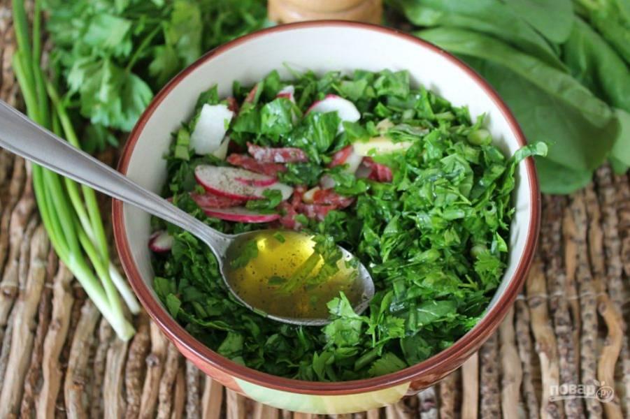 Для заправки используем оливковое масло и добавляем перец. Все перемешиваем.