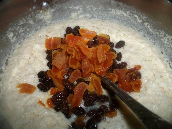 Добавьте в опару растопленный маргарин, желтки, предварительно замоченный изюм, ваниль, муку и цедру апельсина.