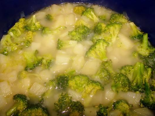 5. Добавьте брокколи в суп к уже готовой картошке.