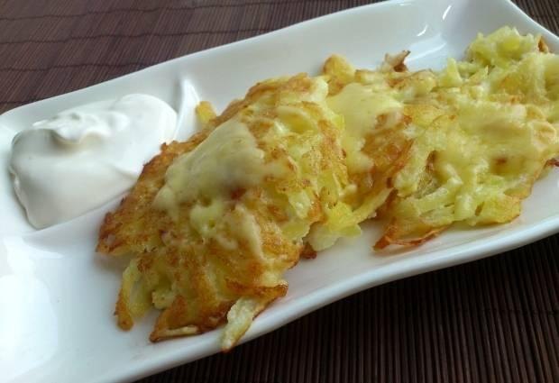 Когда сыр расплавится, выкладываем драники на тарелку и подаем еще горяченькие к столу, приправив сметанкой.